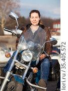 Caucasian woman with her motorcycle, front view, looking at camera. Стоковое фото, фотограф Кекяляйнен Андрей / Фотобанк Лори