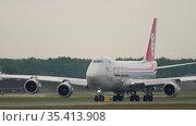 Boeing 747 Cargolux taxiing down the runway. Редакционное видео, видеограф Игорь Жоров / Фотобанк Лори