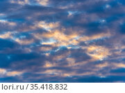 Beautiful clouds in blue sky, illuminated by rays of sun at sunset to change summer weather. Стоковое фото, фотограф А. А. Пирагис / Фотобанк Лори