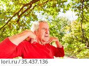 Senior Mann macht Atemübung und Meditation für Gesundheit im Sommer... Стоковое фото, фотограф Zoonar.com/Robert Kneschke / age Fotostock / Фотобанк Лори