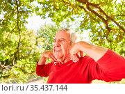 Lächelnder Senior Mann macht eine Yoga Atemübung für Gesundheit und... Стоковое фото, фотограф Zoonar.com/Robert Kneschke / age Fotostock / Фотобанк Лори
