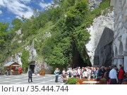 Площадь и туристы на входе в пещеру Postojnska jama. Постойна, Словения (2011 год). Редакционное фото, фотограф Вадим Хомяков / Фотобанк Лори