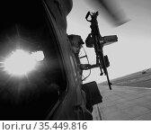 IRAQ Tal Afar -- 05 Jun 2006 -- Door gunner in a Blackhawk UH-60 ... Редакционное фото, фотограф Jonathan William Mitchell / age Fotostock / Фотобанк Лори
