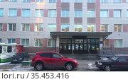 Здание и вход государственной поликлиники. Редакционное видео, видеограф Кекяляйнен Андрей / Фотобанк Лори