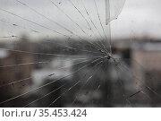 Разбитое стекло. Редакционное фото, фотограф Дмитрий Неумоин / Фотобанк Лори