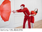 Mime artists, scene with umbrella in windy weather. Стоковое фото, фотограф Tryapitsyn Sergiy / Фотобанк Лори