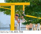 Сварка трубы подачи бытового газа (2020 год). Редакционное фото, фотограф Вячеслав Палес / Фотобанк Лори