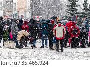 Сильный снегопад во время масленичных гуляний на центральной городской площади. Празднование Масленицы в подмосковном городе Лыткарино. Стоковое фото, фотограф Владимир Сергеев / Фотобанк Лори