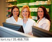 Drei lachende Apothekerinnen stehen in einer Apotheke. Стоковое фото, фотограф Zoonar.com/Robert Kneschke / age Fotostock / Фотобанк Лори