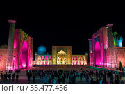 Tourists on Registan Square in Samarkand with Ulugbek Madrasah, Sherdor Madrasah and Tilla-Kari Madrasah at night during a color show. Uzbekistan (2019 год). Стоковое фото, фотограф Наталья Волкова / Фотобанк Лори
