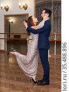 Adult couple learning to dance sensual classical dance. Стоковое фото, фотограф Евгений Харитонов / Фотобанк Лори