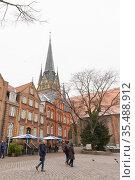 Street view with Nikolaikirche or St. Nikolas Church (2017 год). Редакционное фото, фотограф EugeneSergeev / Фотобанк Лори