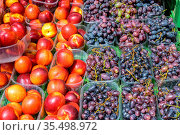Nektarinen und Trauben zum Verkauf auf einem Markt. Стоковое фото, фотограф Zoonar.com/elxeneize / easy Fotostock / Фотобанк Лори
