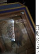 Отражение интерьера на стекле иконы Христос. Тихвинский храм Коломны. Редакционное фото, фотограф Дмитрий Неумоин / Фотобанк Лори