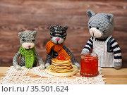 Игрушки. Кот угощает друзей блинами с икрой. Стоковое фото, фотограф Dmitry29 / Фотобанк Лори