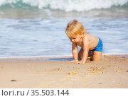 Little blond toddler crawl near sea waves on beach. Стоковое фото, фотограф Сергей Новиков / Фотобанк Лори