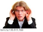 Manager hält seine Hände hinter seine beiden Ohren. Стоковое фото, фотограф Zoonar.com/Robert Kneschke / age Fotostock / Фотобанк Лори
