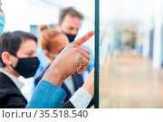 Hand von Business Mann zeigt auf Zettel mit Ideen im Brainstorming... Стоковое фото, фотограф Zoonar.com/Robert Kneschke / age Fotostock / Фотобанк Лори