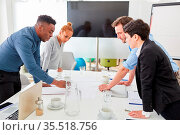 Gruppe Start-Up Business Leute bei der Projekt Planung am Konferenztisch. Стоковое фото, фотограф Zoonar.com/Robert Kneschke / age Fotostock / Фотобанк Лори