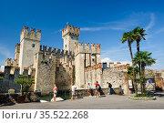 Medieval castle Scaliger in old town Sirmione on lake Lago di Garda, northern Italy (2016 год). Редакционное фото, фотограф Сергей Старуш / Фотобанк Лори