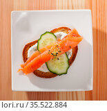 Sandwich with salmon, cucumber, sauce. Стоковое фото, фотограф Яков Филимонов / Фотобанк Лори