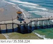 Huntington Pier with lifeguard tower for surfer. Southeast of Los... Стоковое фото, фотограф Zoonar.com/Thomas De Wever / age Fotostock / Фотобанк Лори