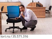 Ofice prank with sharp thumbtacks on chair. Стоковое фото, фотограф Elnur / Фотобанк Лори