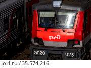 Крупным планом локомотив пассажирского поезда идет в городе Москве, Россия. Редакционное фото, фотограф Николай Винокуров / Фотобанк Лори