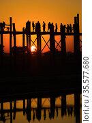 Закат у моста У-Бейн. Амарапура, Мандалай. Мьянма (Бирма) (2016 год). Стоковое фото, фотограф Виктор Карасев / Фотобанк Лори