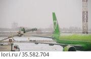 Aircraft wings defrosting with antifreeze before takeoff. Редакционное видео, видеограф Игорь Жоров / Фотобанк Лори