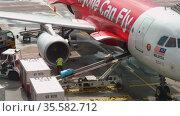 Uploading luggage onboard the aircraft (2018 год). Редакционное видео, видеограф Игорь Жоров / Фотобанк Лори