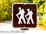 Florida park sign with two hikers used to designate a hiking trail... Стоковое фото, фотограф Steffen Mittelhaeuser / age Fotostock / Фотобанк Лори