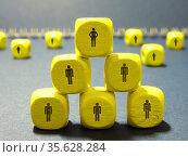 Работа в команде. Пирамида из кубиков. Стоковое фото, фотограф Татьяна Т / Фотобанк Лори