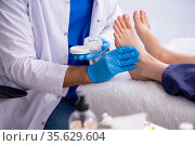 Podiatrist treating feet during procedure. Стоковое фото, фотограф Elnur / Фотобанк Лори