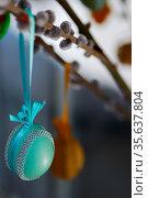 Gruen blaues verziertes osterei am osterbaum und palmkaetzchen. Стоковое фото, фотограф Zoonar.com/thomas eder / age Fotostock / Фотобанк Лори