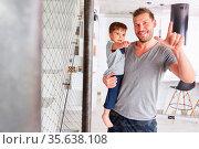Glücklicher Vater trägt seinen Sohn auf dem Arm für Betreuung und... Стоковое фото, фотограф Zoonar.com/Robert Kneschke / age Fotostock / Фотобанк Лори
