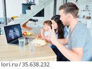 Familie und Kind im Videochat mit Großmutter feiern Geburtstag mit... Стоковое фото, фотограф Zoonar.com/Robert Kneschke / age Fotostock / Фотобанк Лори