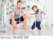 Kleinkind beim Fußball spielen und Tore schießen mit seinem Vater... Стоковое фото, фотограф Zoonar.com/Robert Kneschke / age Fotostock / Фотобанк Лори