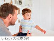 Alleinerziehender Vater und Sohn zu Hause als Konzept für Liebe und... Стоковое фото, фотограф Zoonar.com/Robert Kneschke / age Fotostock / Фотобанк Лори