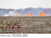 Workers from Icelandic Association for Search and Rescue (ICE-SAR) near recently opened volcanic fissure. Icelandic Association for Search and Rescue ... Стоковое фото, фотограф Theo  Bosboom / Nature Picture Library / Фотобанк Лори