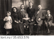 Immigrant family from East Europe or Russia settled in Britain in... Редакционное фото, агентство World History Archive / Фотобанк Лори