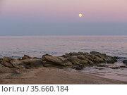 Stone ridge on the sandy seashore at dusk. Стоковое фото, фотограф Юрий Бизгаймер / Фотобанк Лори