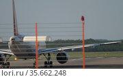 Plane prepares for departure, view through the fence. Стоковое видео, видеограф Игорь Жоров / Фотобанк Лори
