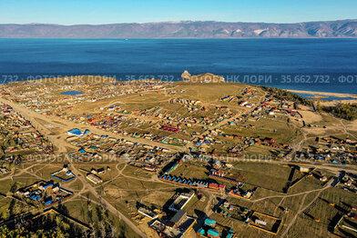 Озеро Байкал осенью. Остров Ольхон. Деревня Хужир. Вид с воздуха. Lake Baikal in autumn. Olkhon Island. Khuzhir village. Aerial view.
