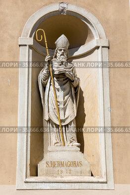 Скульптура Святого Гермагора Аквилеи на фасаде Никольского собора в Любляне