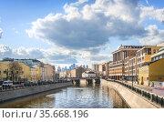 Здания вдоль Водоотводного канала и Чугунный мост в Москве. Стоковое фото, фотограф Baturina Yuliya / Фотобанк Лори