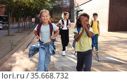 Portrait of tween boys and girls with backpacks walking to shool campus on sunny autumn day. Стоковое видео, видеограф Яков Филимонов / Фотобанк Лори
