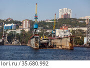 """View of the city of Vladivostok and and a floating dock """"Dalzavod"""" at the pier from the side of the Golden Horn Bay. Far East, Russia (2013 год). Редакционное фото, фотограф Наталья Волкова / Фотобанк Лори"""
