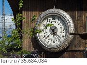 Berlin, Germany - clock on the outside facade of the club Kater Blau (2020 год). Редакционное фото, агентство Caro Photoagency / Фотобанк Лори