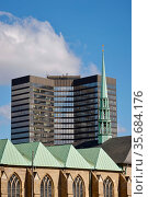 City Hall Essen behind the Essen Cathedral, Essen, North Rhine-Westphalia, Germany. Редакционное фото, агентство Caro Photoagency / Фотобанк Лори